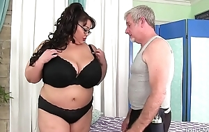 Giant boobed asian BBW Miss Lingling gets a sex massage