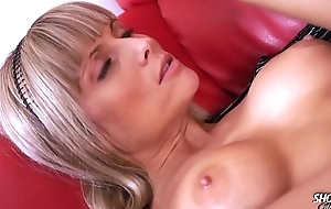 Ritch bitch with stunning body eat cum with pleasure